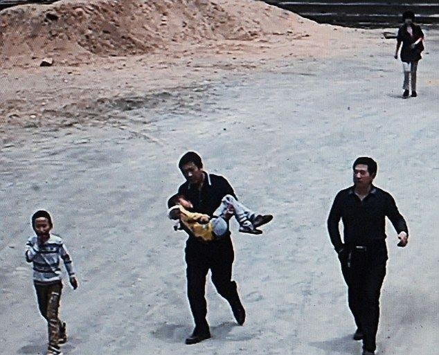Άνδρας επιτέθηκε με μπαλτά σε μαθητές δημοτικού (pics)