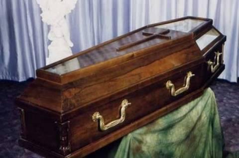 Τρελαίνει κόσμο ο Τρικαλινός: Κάνει σεμινάρια για… κηδείες!