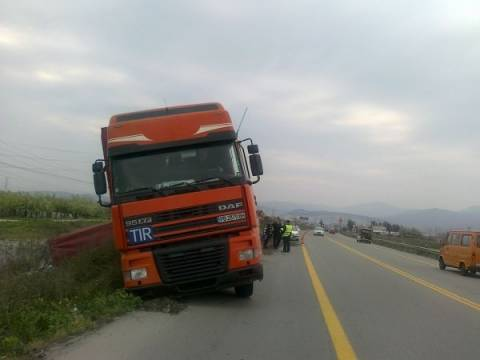 Κρήτη: «Δίπλωσε» η νταλίκα και ο δρόμος γέμισε με… ντομάτες (pic)