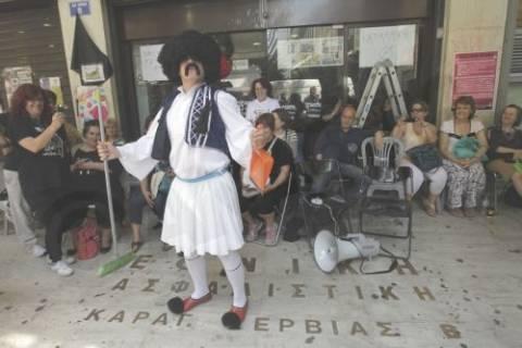 Ο τσολιάς της Ελληνοφρένειας στις καθαρίστριες – Δείτε τι φώναζε