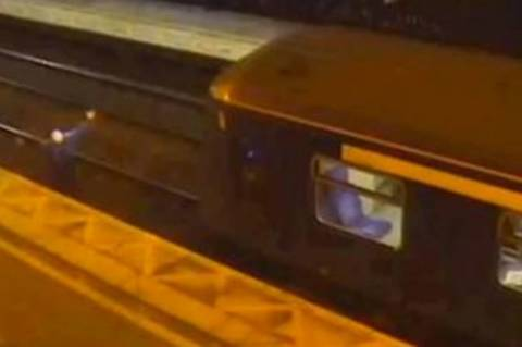 Βρετανία: Τρένο παραλίγο να πατήσει μεθυσμένο! (video)