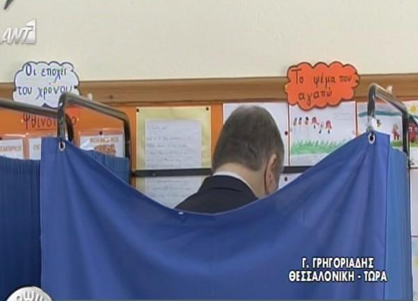 Ευρωεκλογές 2014: Δε θα πιστέψετε τι έγραφε πάνω από το παραβάν που ψήφιζε ο Βενιζέλος-pic