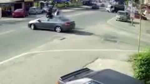 Το θύμα του τροχαίου είχε... άγιο! (βίντεο)