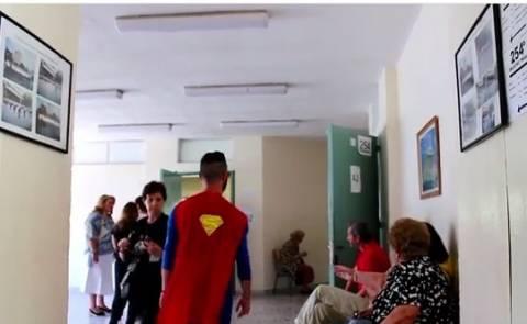 Εκλογές 2014: Θεσσαλονίκη - Δείτε πώς πήγε ντυμένος για να ψηφίσει