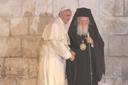 Ασπασμό ειρήνης αντήλλαξαν Οικουμενικός Πατριάρχης και Πάπας Φραγκίσκος (pics)