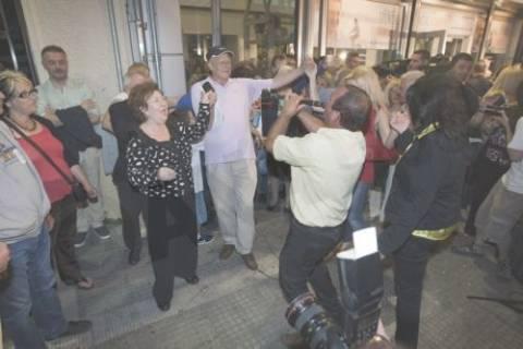 Με χορούς και με... κλαρίνα γιόρτασαν την νίκη Τζιτζικώστα οι ψηφοφόροι του!