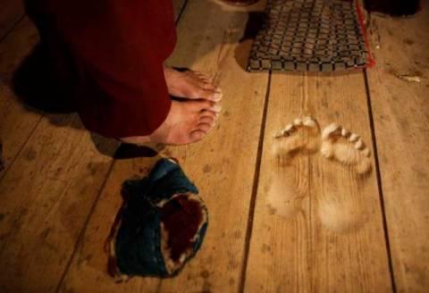 Βουδιστής προσεύχεται στο ίδιο σημείο επί 20 χρόνια και... (video)