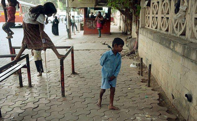 Ινδία: Έδεσε σε μπάρα τον κωφάλαλο εγγονό της για να πάει για δουλειά