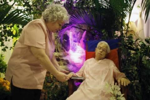 Δείτε την ηλικιωμένη που την κήδεψαν πάνω σε καρέκλα και με το... νυφικό! (pics)