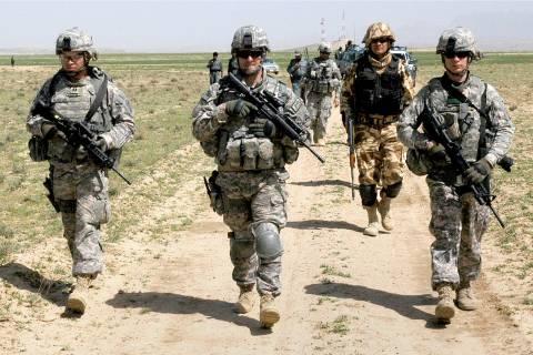 ΗΠΑ: Ο Ομπάμα ανακοινώνει παραμονή 9.800 στρατιωτών στο Αφγανιστάν