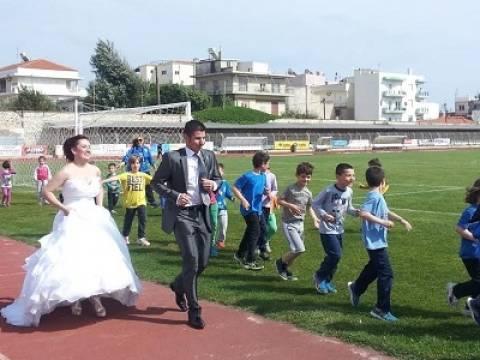Αλεξανδρούπολη: Με το νυφικό στο γήπεδο!