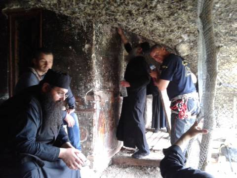 Μοναχοί σκαρφάλωσαν στα Μετέωρα για να κάνουν λειτουργία