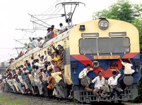 Ινδία: Ελεγκτής έριξε επιβάτιδα στις ράγες τρένου