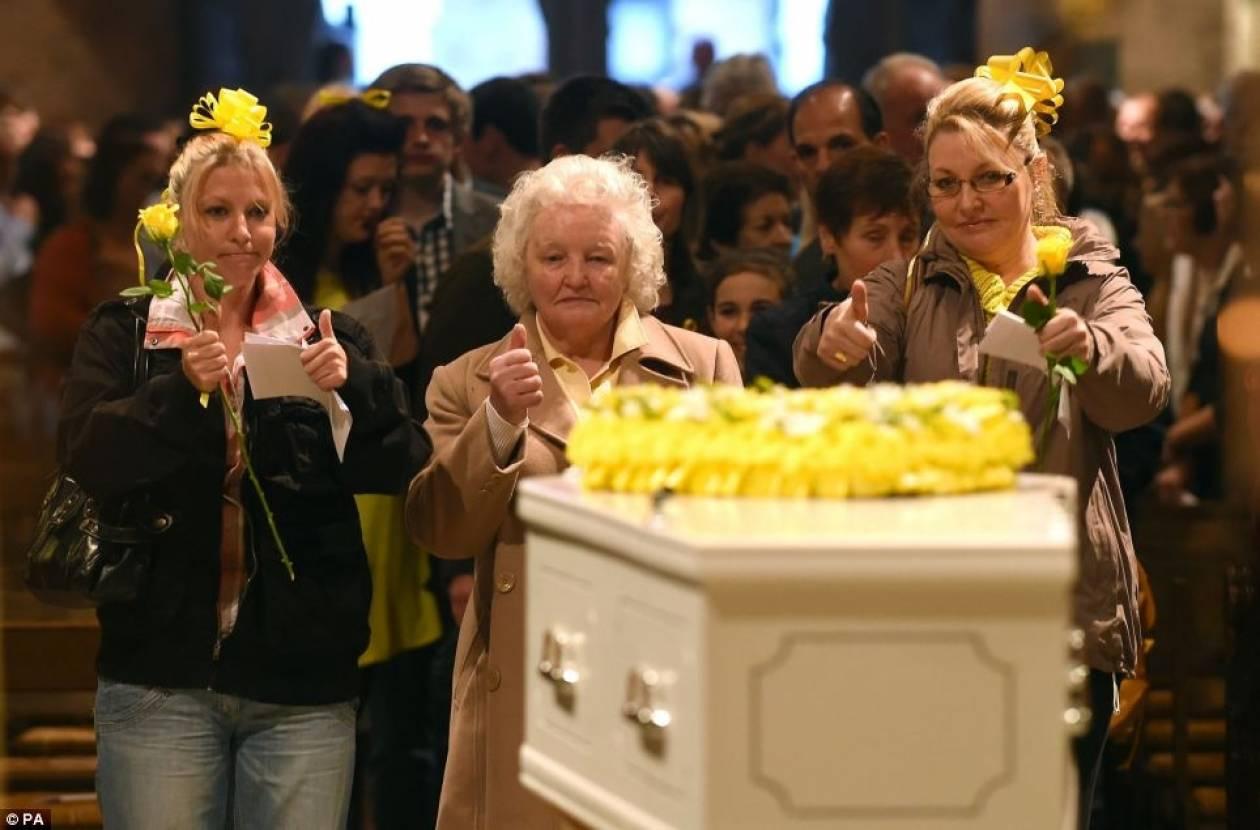 Η κηδεία του νεαρού καρκινοπαθούς που συγκλόνισε τον κόσμο... (pics+video)