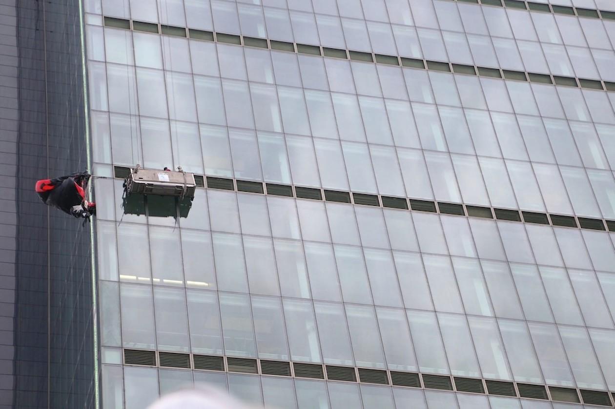Τουρκία: Αλεξιπτωτιστής αιωρούταν στο υψηλότερο κτίριο της χώρας! (video+photos)
