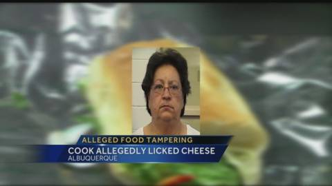 Βίντεο: Δείτε τι... αηδιαστικό έκανε προτού σερβίρει τα σάντουιτς!