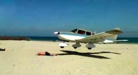 Αεροπλάνο προσγειώθηκε δίπλα σε λουόμενο στην παραλία! (pics+video)