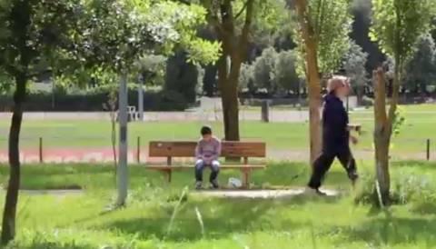 Τραγικό:Κανείς δεν νοιάζεται για ένα εγκαταλελειμμένο παιδί (pics+video)