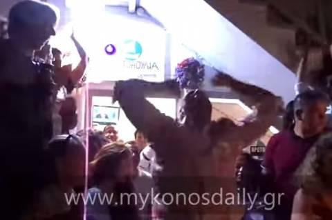 Μύκονος-Αυτός είναι πανηγυρισμός: Έτσι γιόρτασε τη νίκη του υποψήφιος (vid)