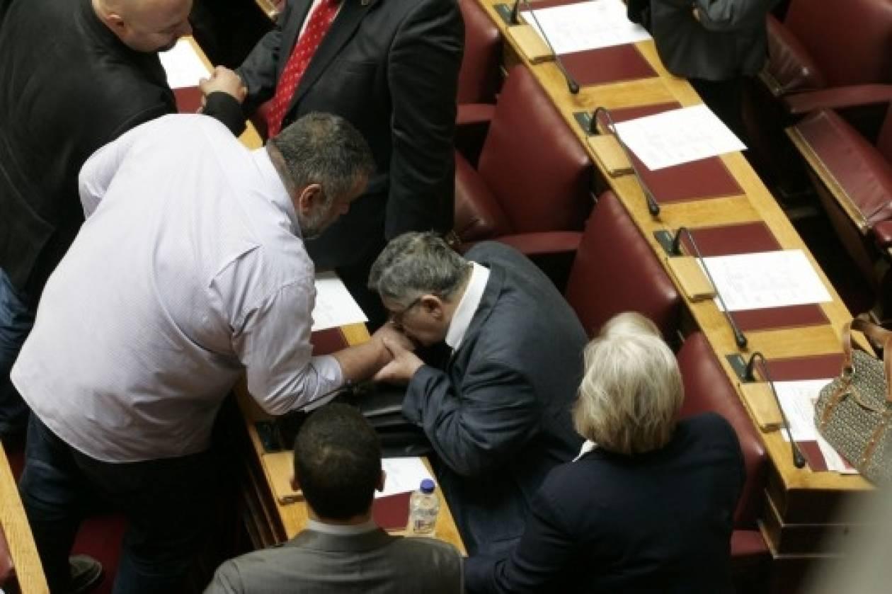 Η στιγμή που ο Μιχαλολιάκος σκύβει και φιλάει το χέρι του Κουκούτση