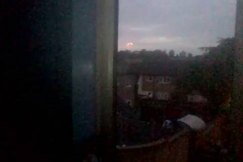 ΑΤΙΑ στη Βρετανία: Φλεγόμενη μπάλα «χορεύει» στον ουρανό! (video+photos)