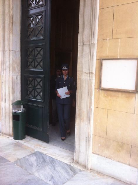 Ποια είναι η γοητευτική αστυνομικός που θυροκόλλησε το κλείσιμο της Βουλής; (photos)