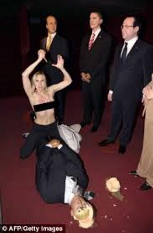 Γαλλία: Ακτιβίστρια της Femen «αποκεφάλισε» τον Πούτιν! (photos)
