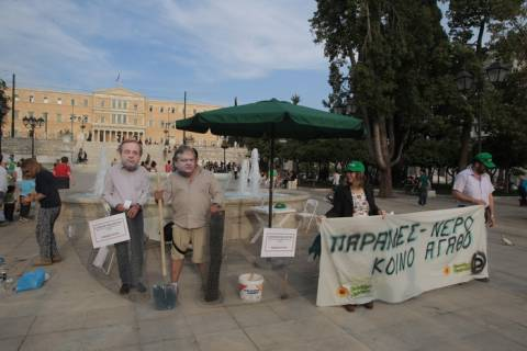 Συμβολική καταπάτηση του...αιγιαλού της Βουλής από τους Οικολόγους Πράσινους