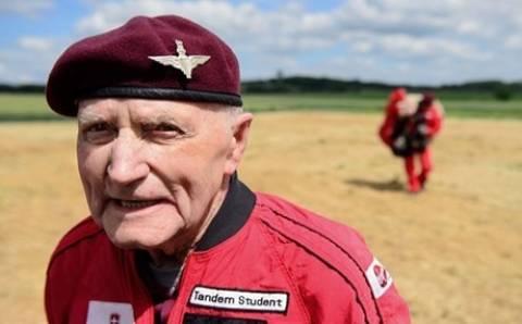 89χρονος βετεράνος του Β' Παγκοσμίου πήδηξε και πάλι με αλεξίπτωτο