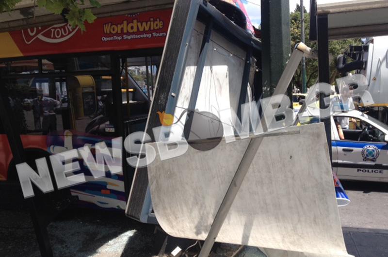 Τουριστικό λεωφορείο έπεσε σε στάση στο Σύνταγμα (pics&vid)