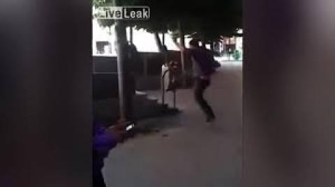 Ήθελε να... ξεθυμάνει αλλά την πάτησε! (βίντεο)