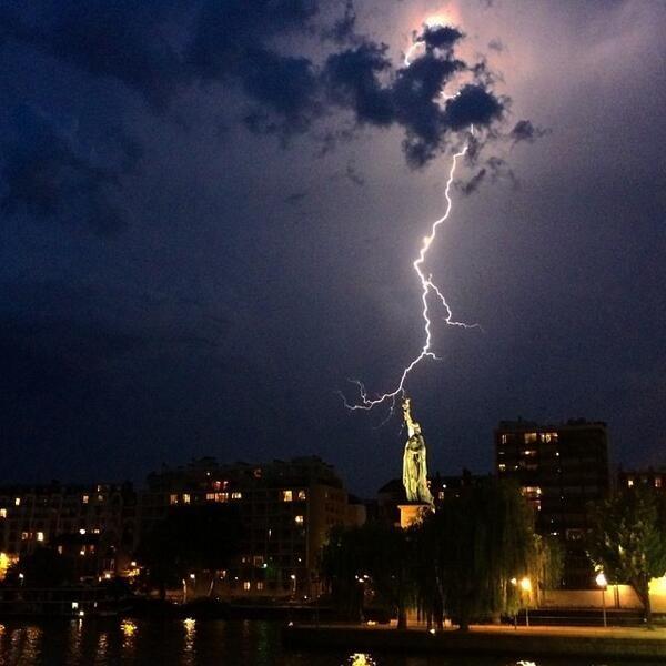 Εντυπωσιακές φωτογραφίες: Κεραυνός πάνω από τον Πύργο του Άιφελ (pics)