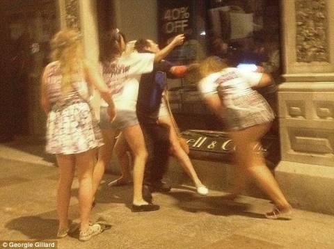 Μεθυσμένες φοιτήτριες επιτέθηκαν σε άστεγο (pics)