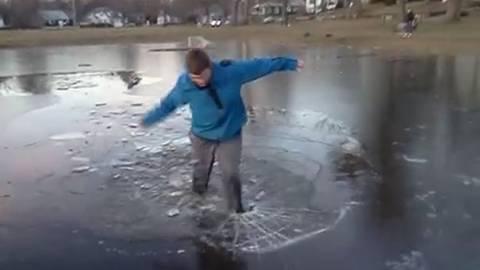 Όταν το… σπάσιμο του πάγου οδηγεί σε δυσάρεστες καταστάσεις (Video)