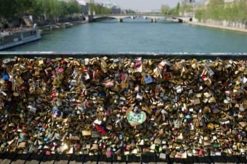 Παρίσι: Κατέρρευσε από τις κλειδαριές η γέφυρα των ερωτευμένων! (videos+photos)