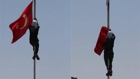 Ο Ερντογάν απειλεί διαδηλωτή που κατέβασε την τουρκική σημαία