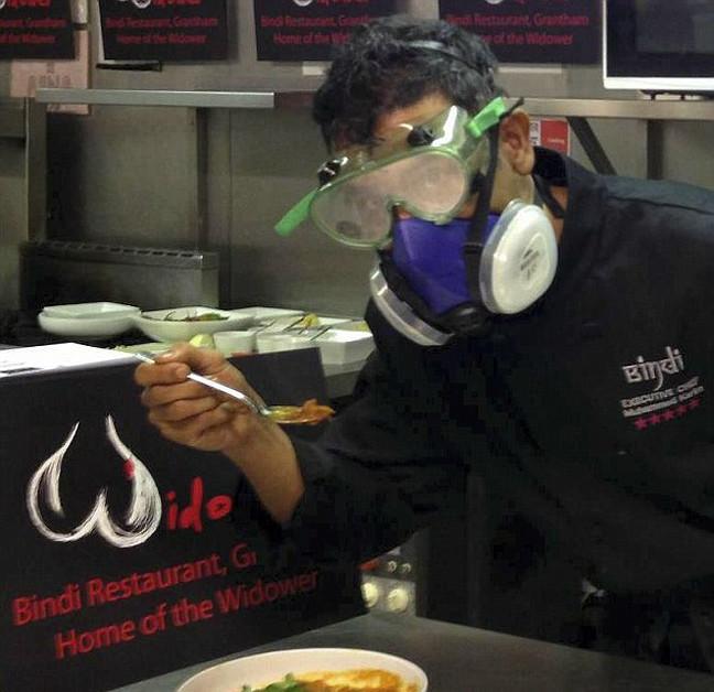 Δείτε πώς μαγειρεύουν την πιο καυτερή σάλτσα στον κόσμο! (pics)