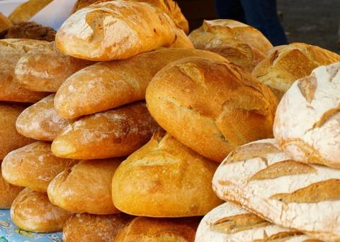 Οι Ελληνες «κόβουν» το ψωμί λόγω οικονομικής ύφεσης