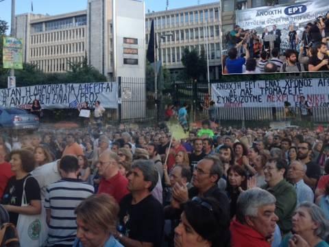 ΕΡΤ: Σε εξέλιξη η διαμαρτυρία για την επέτειο του «λουκέτου» (photos)
