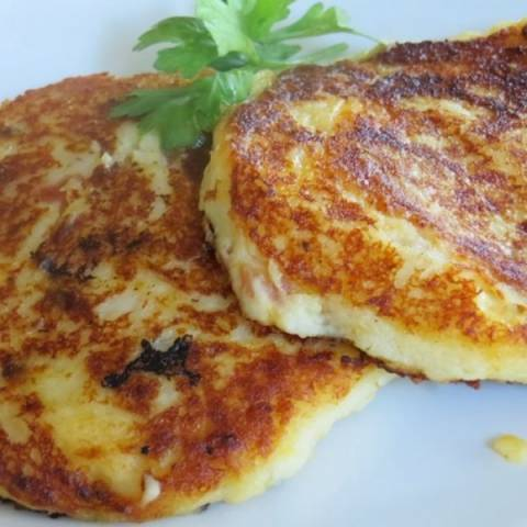 Αφράτες, αλμυρές τηγανίτες με πουρέ πατάτας, τσένταρ και μπέικον!