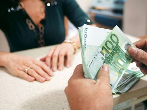 Who are the beneficiaries of guaranteed minimum income of 400 euros?