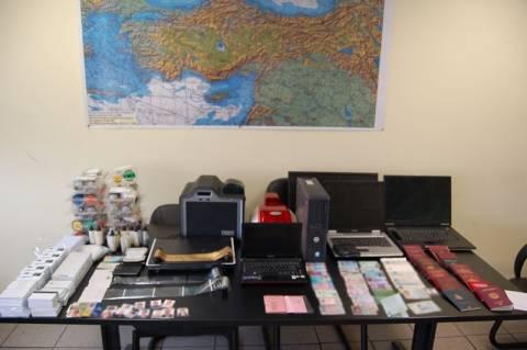 Κυψέλη: Εντοπίστηκε εργαστήριο κατασκευής πλαστών ταξιδιωτικών εγγράφων