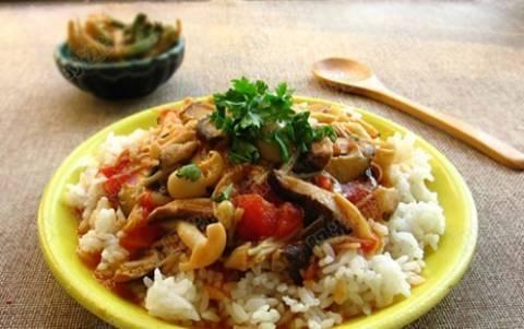 Συνταγή για ρύζι με κόκκινη σάλτσα και μανιτάρια
