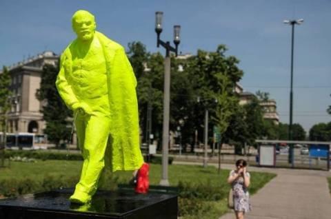 Πράσινο άγαλμα του Λένιν κάνει την... ανάγκη του! (pics)