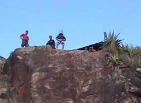 «Φλέρταρε» με το Χάρο: Αυτοσχέδιο bungee jumping με κουβά στο κεφάλι! (video)
