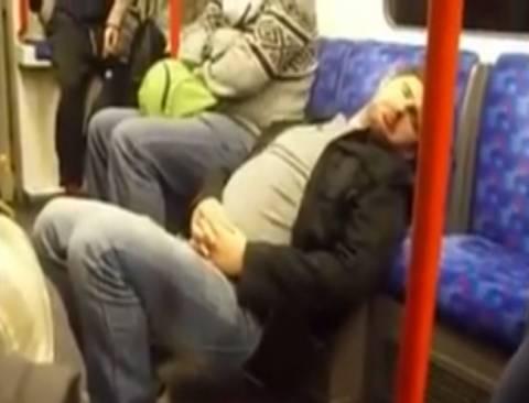 Τον πήρε ο ύπνος κι έγειρε στου... μετρό το κάθισμα! (video+pic)