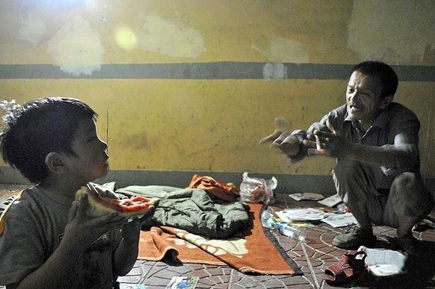 Άστεγος μεγαλώνει ένα παιδί που βρήκε σε... σκουπίδια! (pics)