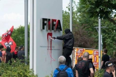 Επίθεση ακτιβιστών στα γραφεία της FIFA (photos)
