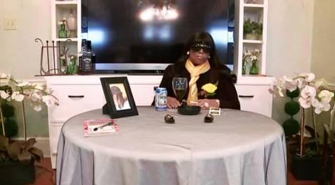ΜΑΚΑΒΡΙΟ: Παραβρέθηκε... καθιστή στην κηδεία της!