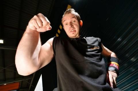 Δείτε πώς είναι: Έχει υπεράνθρωπη δύναμη από το ένα χέρι! (pics)
